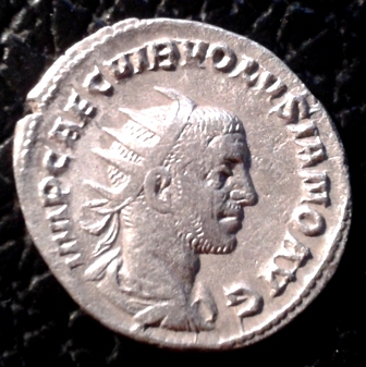 Antoniniano de Volusiano. IVNONI MARTIALI. Juno en templo. Roma 20171124