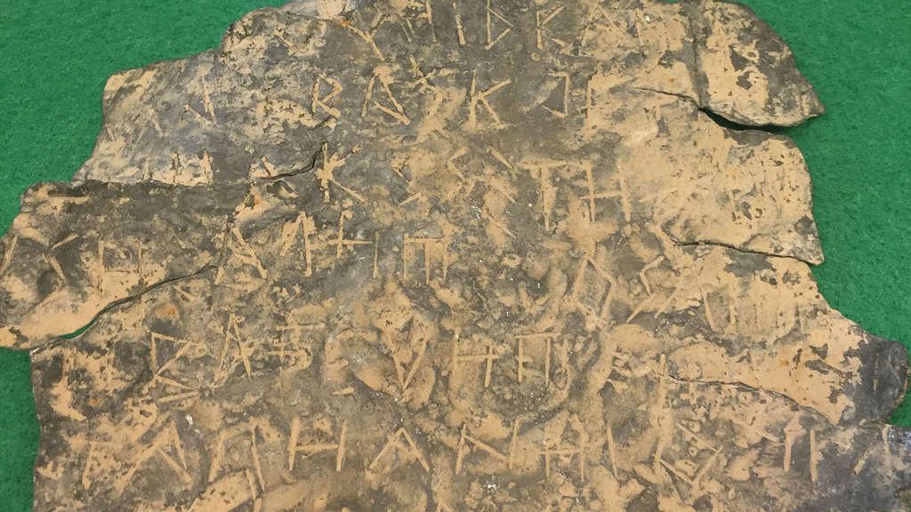 Descubren en Jaén la lámina con escritura íbera más antigua de España. Placa-10