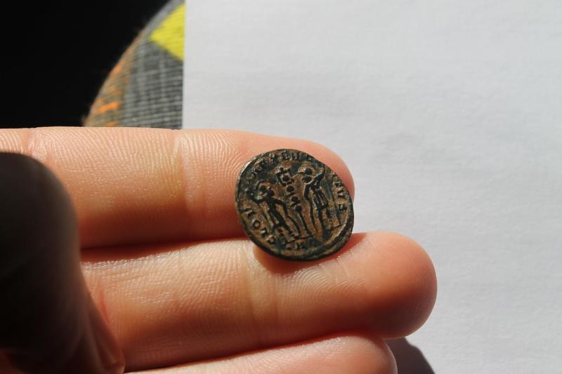 AE3 de Constantino I Magno. GLOR-IA EXERCI-TVS. Un estandarte entre dos soldados. Aquileia. 124_110