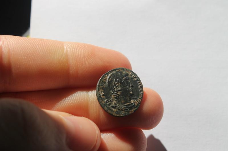 AE3 de Constantino I Magno. GLOR-IA EXERCI-TVS. Un estandarte entre dos soldados. Aquileia. 124_210