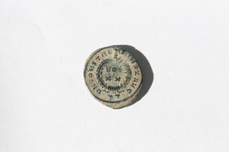 AE3 de Constantino I Magno. D N CONSTANTINI MAX AVG - VOT / XX. Ticinum. 127_110