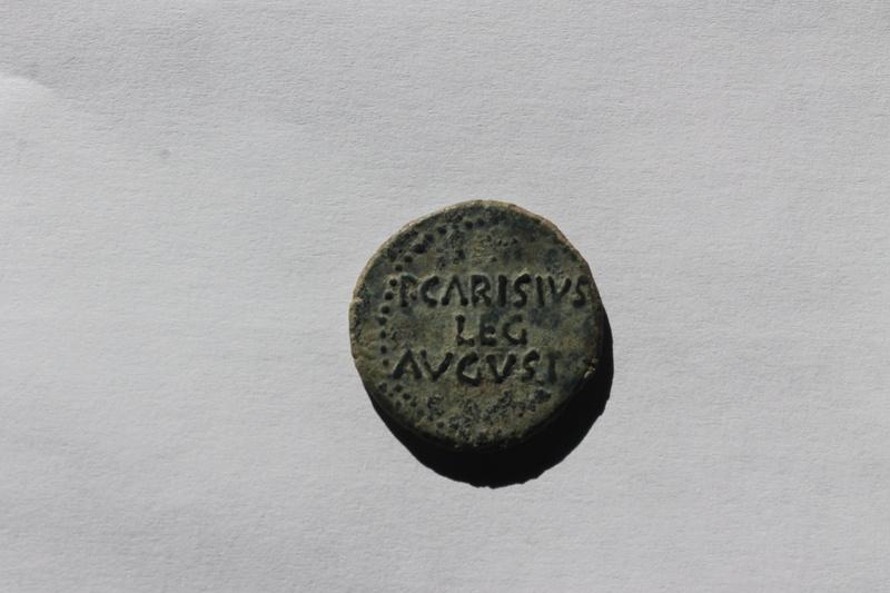 As de Emerita. Augusto. P CARISIVS LEG AVGVSTI en tres líneas. 129_110