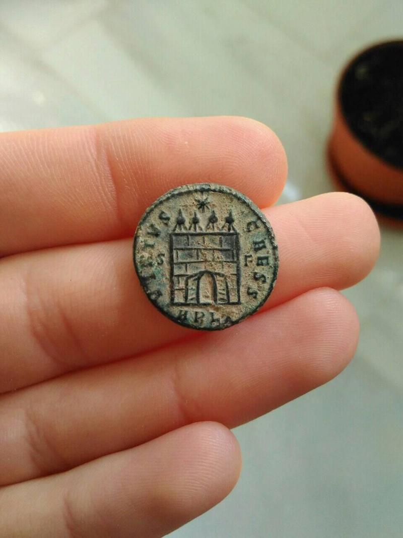 AE3 de Constantino II. VIRTVS CAESS. Puerta de campamento de cuatro torres. Arles. 279_210