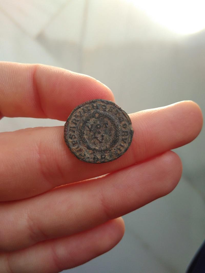 AE3 de imitación bárbara de Constantino II. CAESARVM NOSTRORVM / VOT V. Arles. 308_110