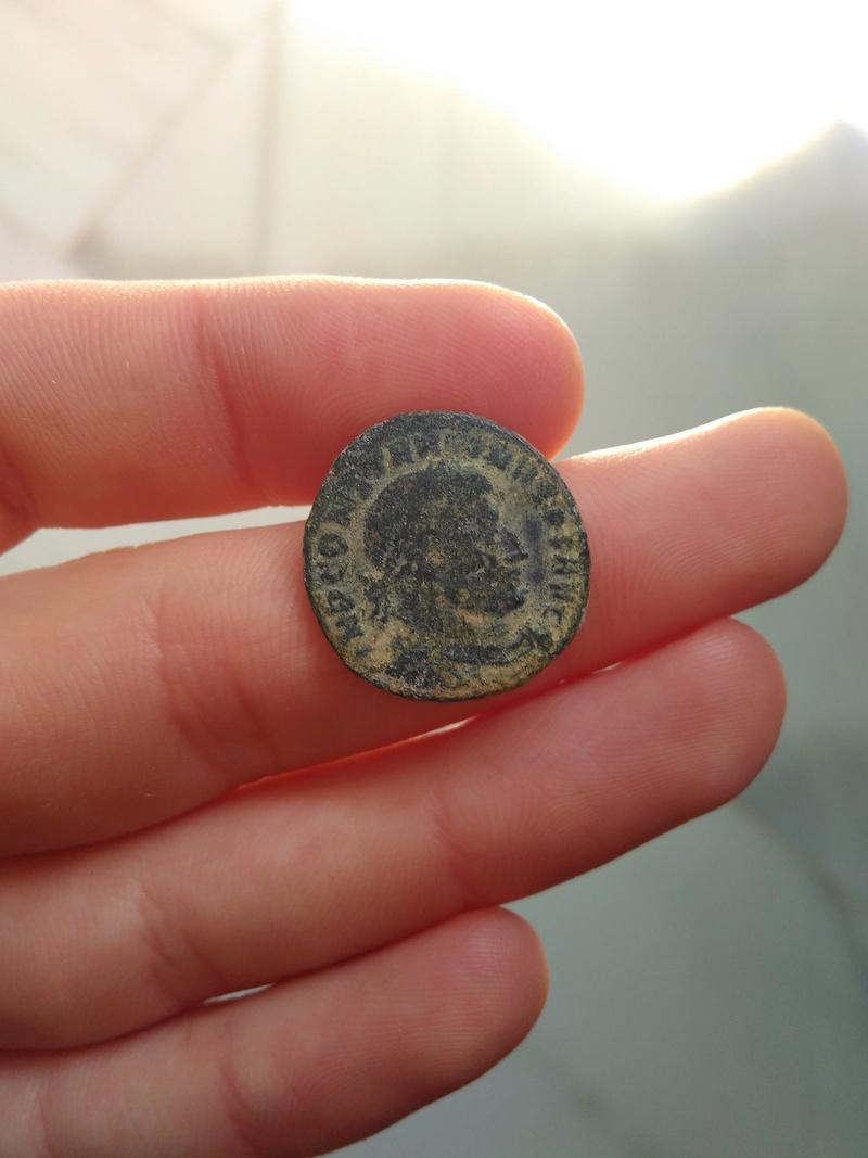 Nummus de Constantino I. SOLI INVICTO COMITI. Sol a izq. Roma 309_110