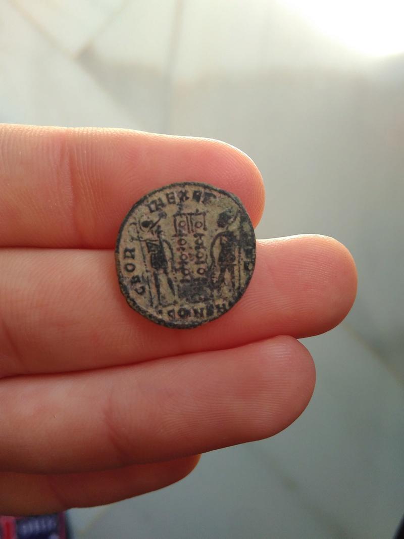 AE3 de Constantino I. GLORIA EXERCITVS. Soldados entre 2 estandartes. Constantinopla 313_110