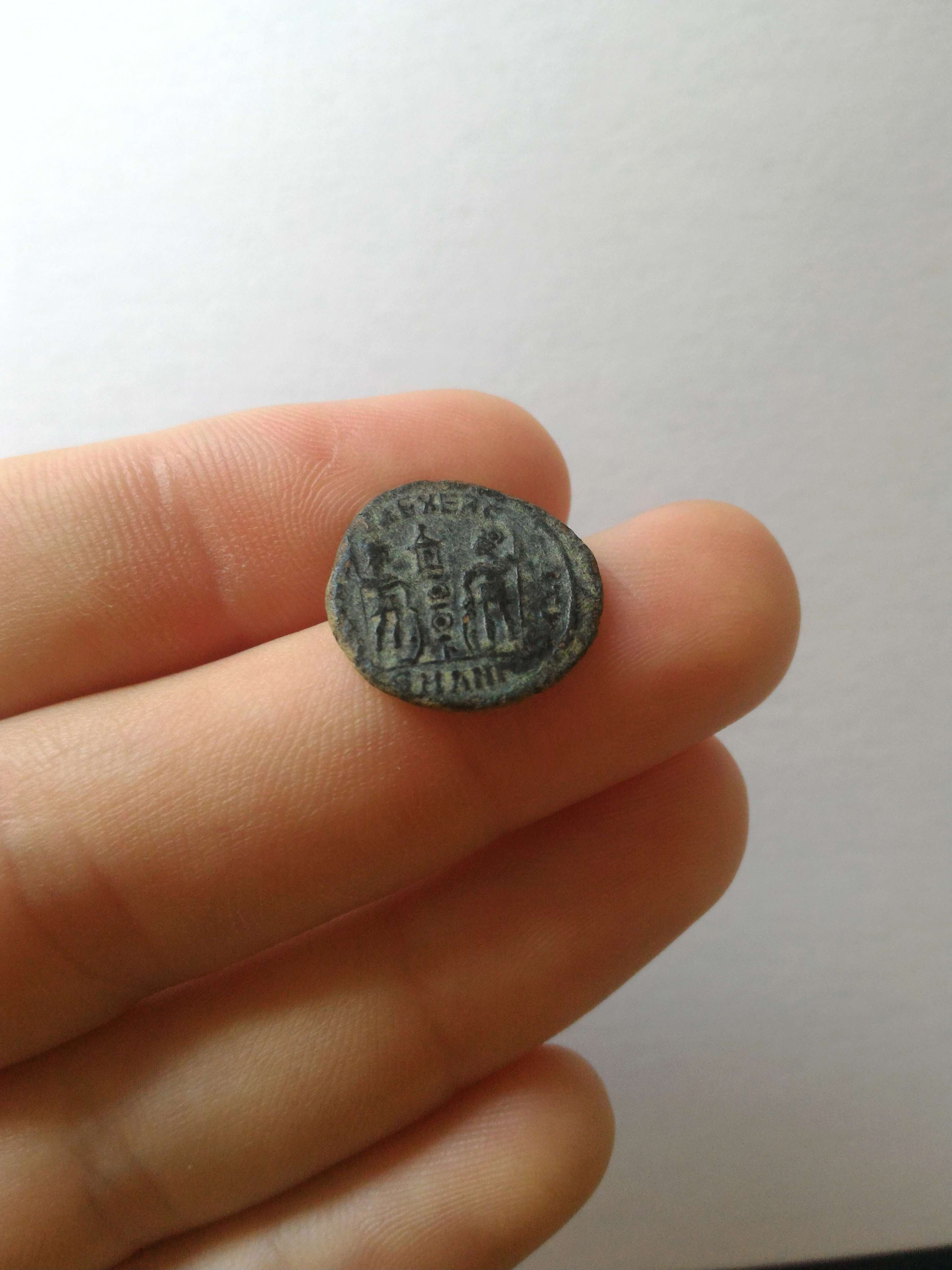 AE4 de Constancio II. GLOR-IA EXER-CITVS. Estandarte entre dos soldados. Antioch. 383_110