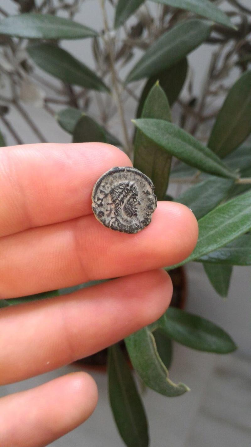 AE4 de imitación bárbara bajo imperio, tipo GLORIA EXERCITVS con un estandarte entre dos soldados. 7710