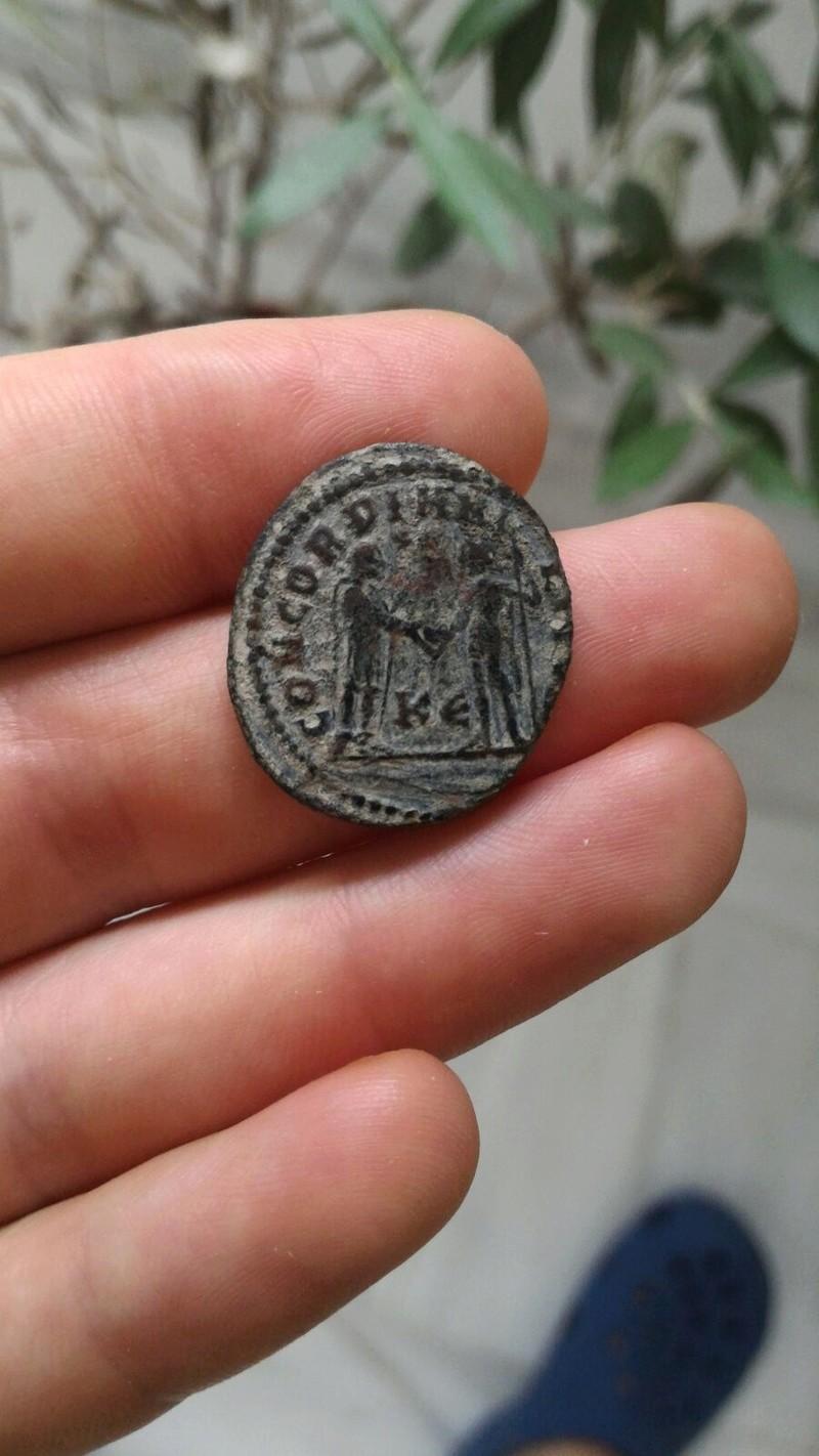 Fracción radiada post-reforma de Maximiano Hércules. CONCORDIA MILITVM. Emperador recibiendo Victoriola de Júpiter. Ceca Cyzicus. 79110