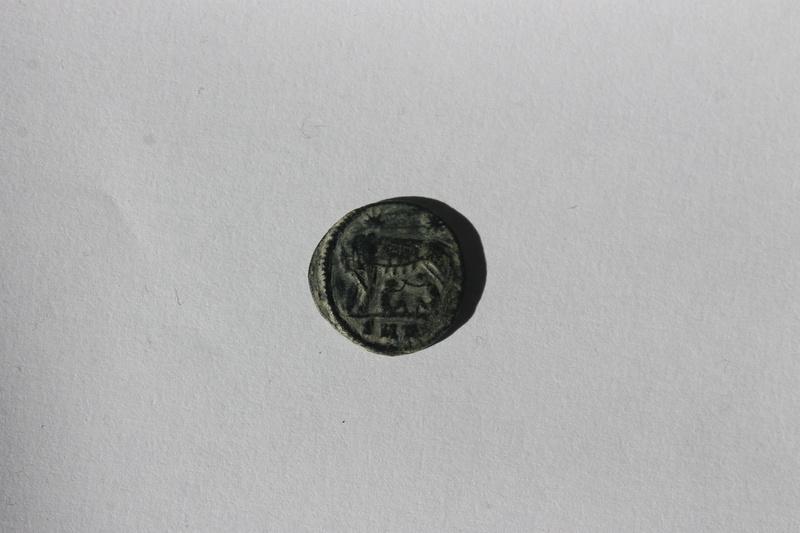AE4 conmemorativa de Roma. VRBS ROMA. La loba capitolina con los gemelos. Img_0021
