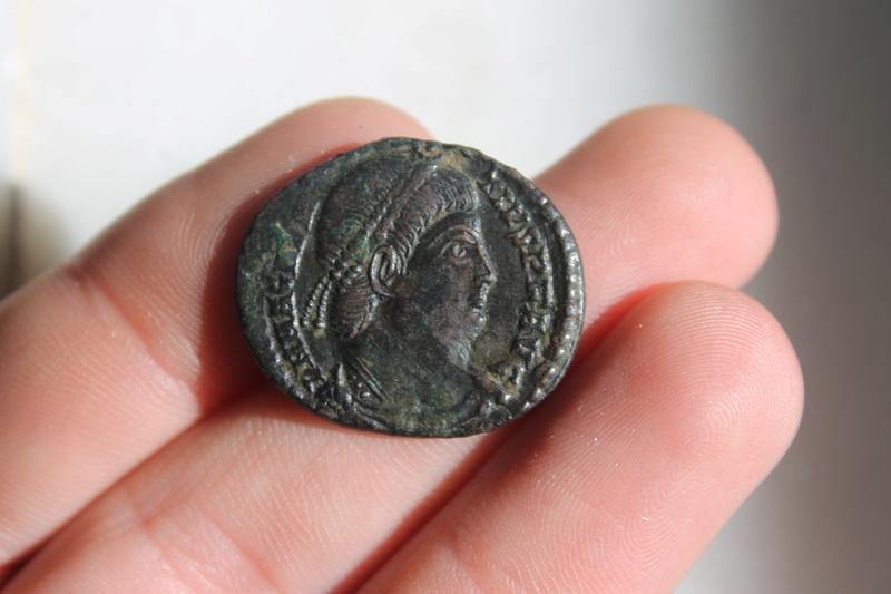 AE2 de Magnencio. FELICITAS REI PVBLICE. Emperador estante a izq. Arles. Img_0023