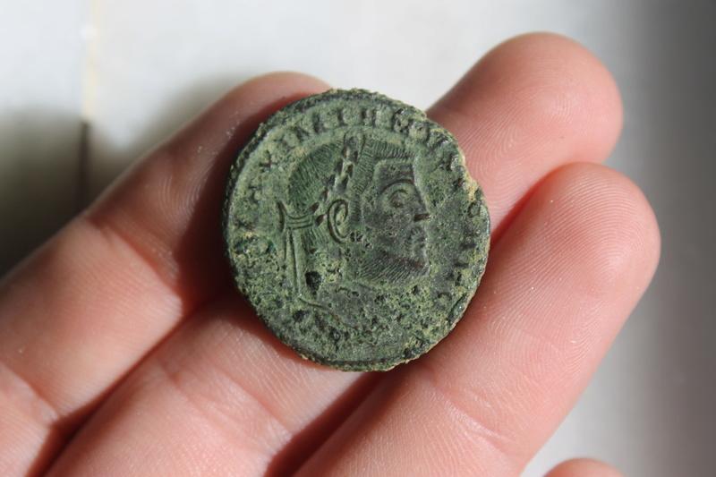 Nummus de Galerio Maximiano. GENIO AVGVSTI. Genio estante a izq. Siscia. Img_0026