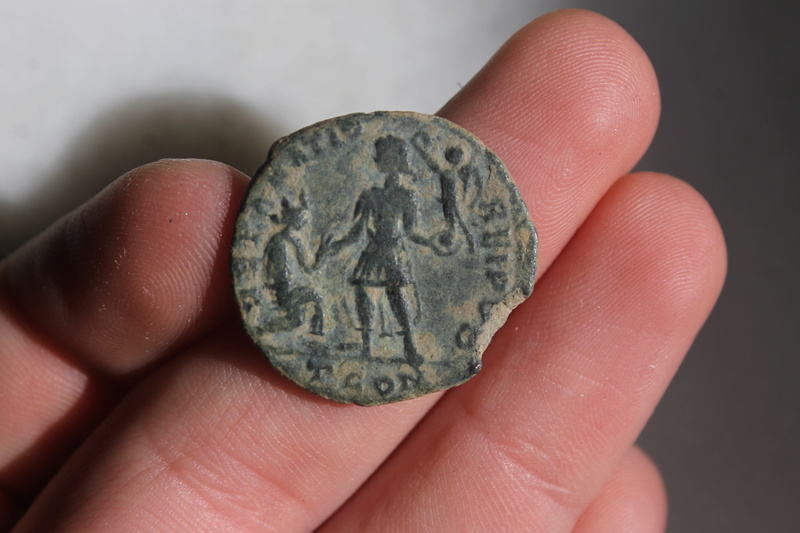 AE2 de Graciano. REPARATIO - REIPVB. Graciano dando la mano a mujer  arrodillada. Arles. Img_0029