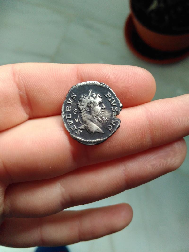 Denario de Septimio Severo. P M TR P XIIII COS III P P. Genio a izq. Roma Img_2054