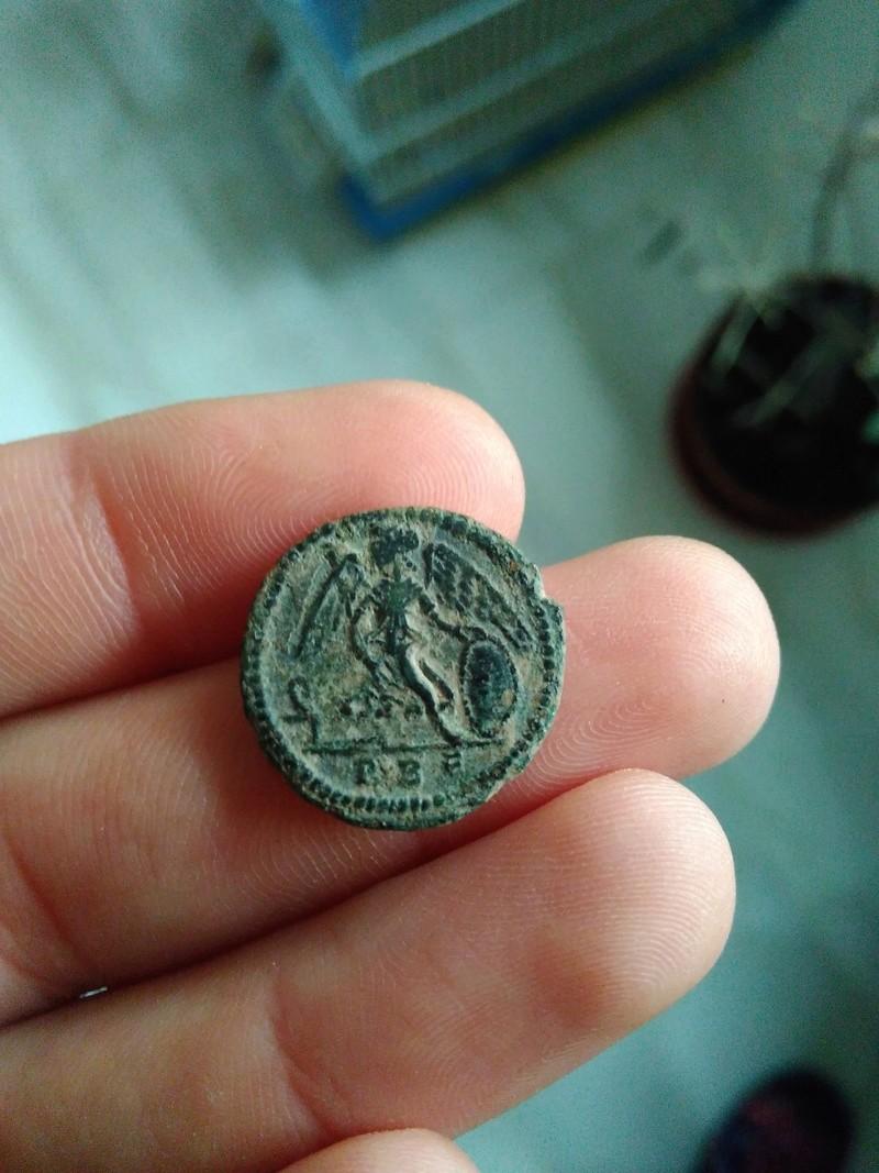 AE3 conmemorativa de Constantinopolis. Victoria estante a izq. sobre proa. Roma Img_2102