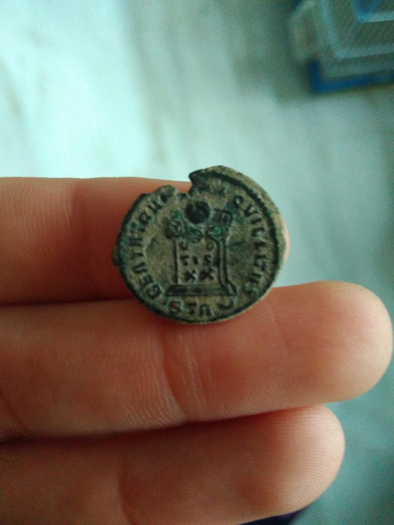 AE3 de Constantino I. BEATA TRAN-QVILLITAS / VO / TIS / XX. Globo sobre altar con la inscripción. Trier. Img_2103