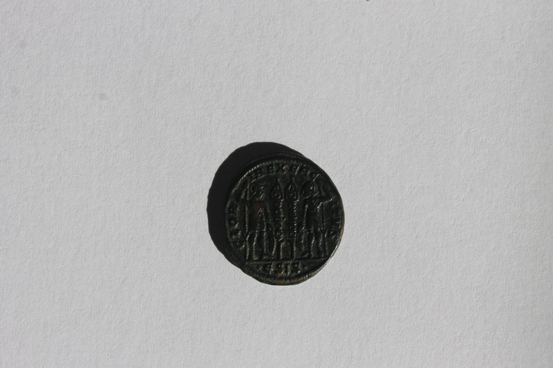 AE3 de Constantino I Magno. GLOR-IA EXERCI-TVS. Dos estandartes entre dos soldados. Siscia. Img_9913
