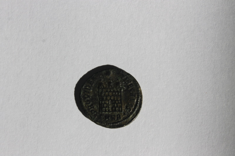 AE3 de Constantino II. PROVIDEN-TIAE CAESS. Puerta de campamento de tres torres. Heraclea. Img_9916