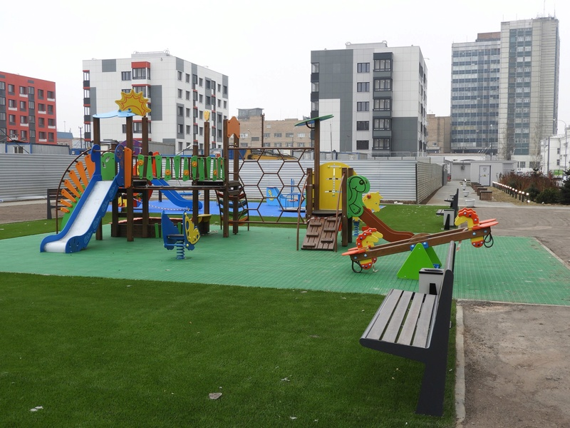 Фото-видеообзоры благоустройства придомовой территории - первая детская площадка и аллея с мини ботаническим садом Fhptz010