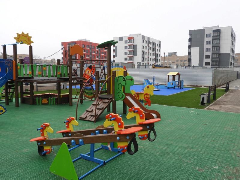 Фото-видеообзоры благоустройства придомовой территории - первая детская площадка и аллея с мини ботаническим садом Qdwcrs10