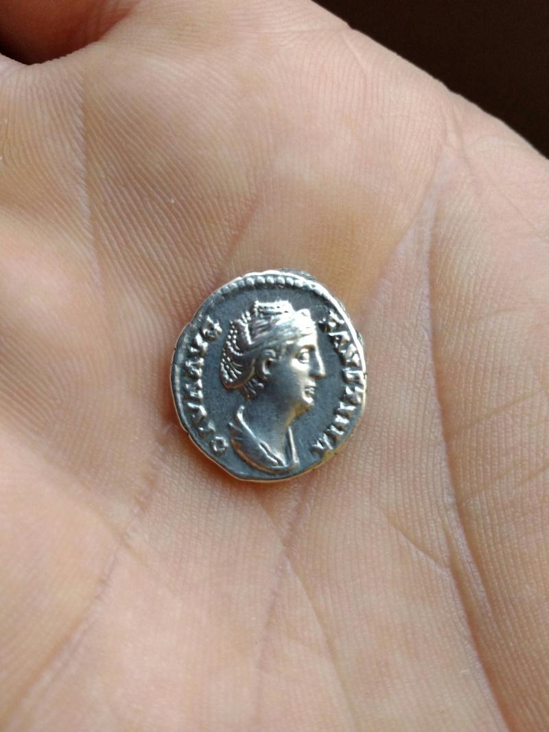 Denario de Faustina I. CONCORDIAE. Faustina I dando la mano a Antonino Pío. Roma. Img_2031