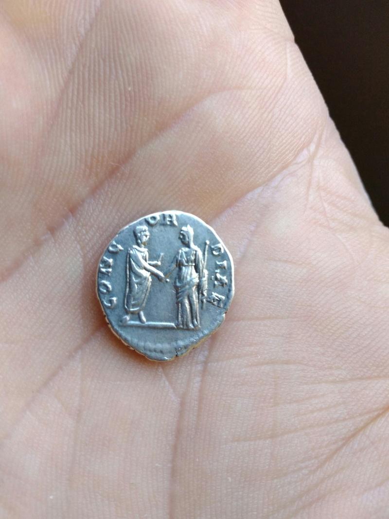 Denario de Faustina I. CONCORDIAE. Faustina I dando la mano a Antonino Pío. Roma. Img_2032