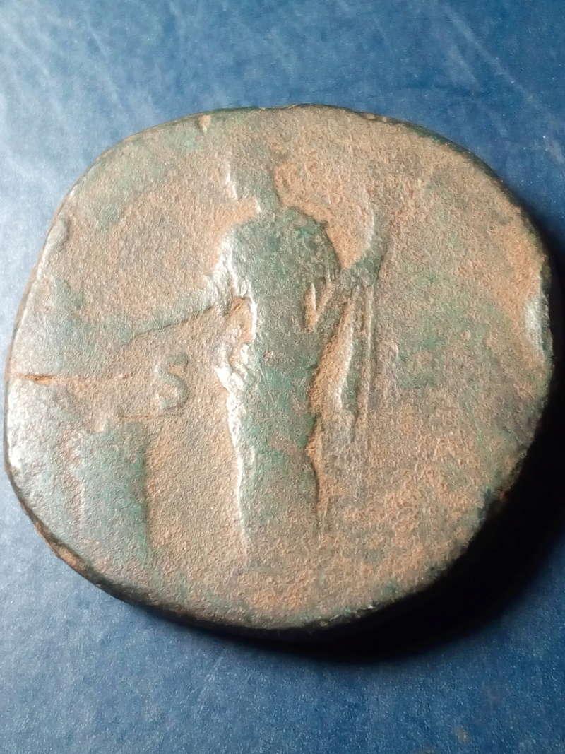 Sestercio de Antonino Pïo. Salus dando de comer a serpiente en altar. Roma. Img_2198