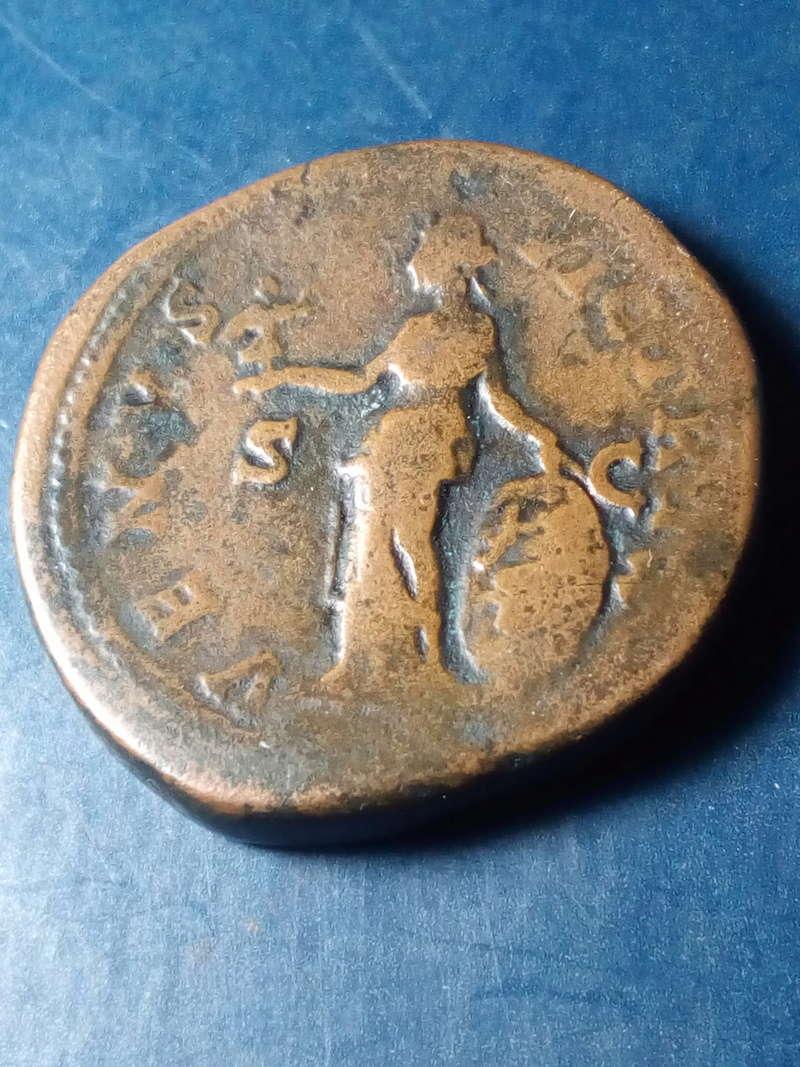 Sestercio de Faustina II. VENVS VICTRIX - S C. Venus estante a izq. Roma. Img_2204