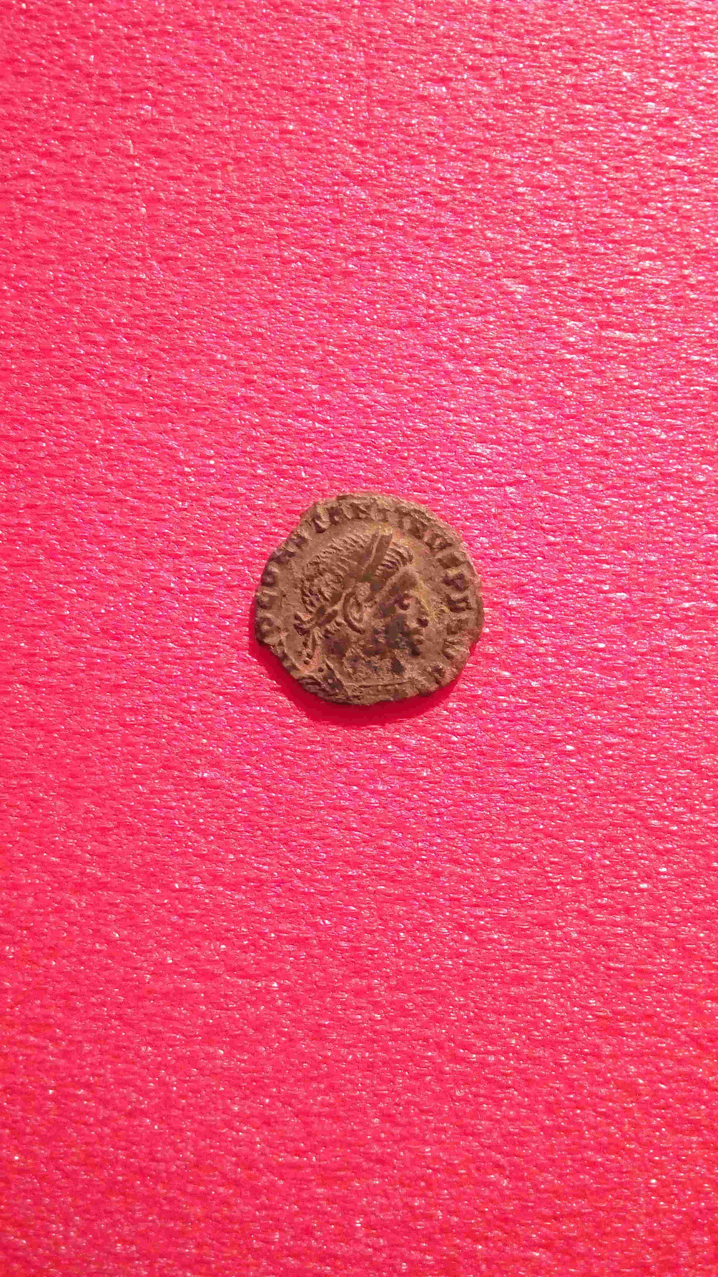 AE3 de Constantino I. SOLI INVICTO COMITI Img_2071