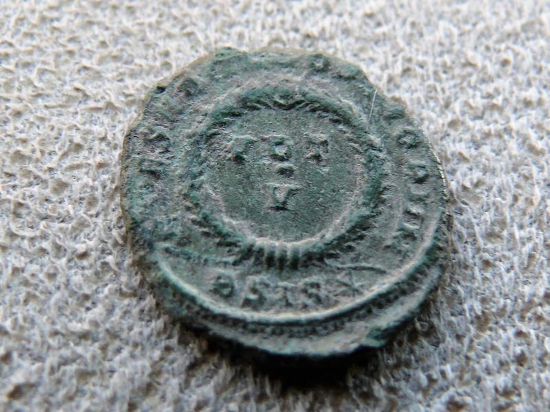 AE3 de Constantino II. CAESARVM NOSTRORVM / VOT X. Siscia P1080918
