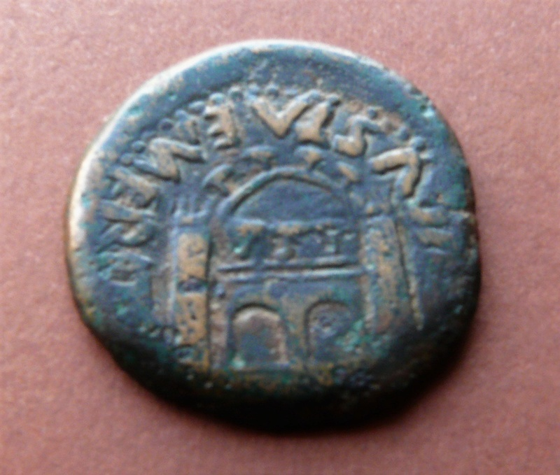 As de Emérita Augusta, tiempos de Tiberio. COL AVGVSTA EMERITA. Puerta de la ciudad.  P1090120