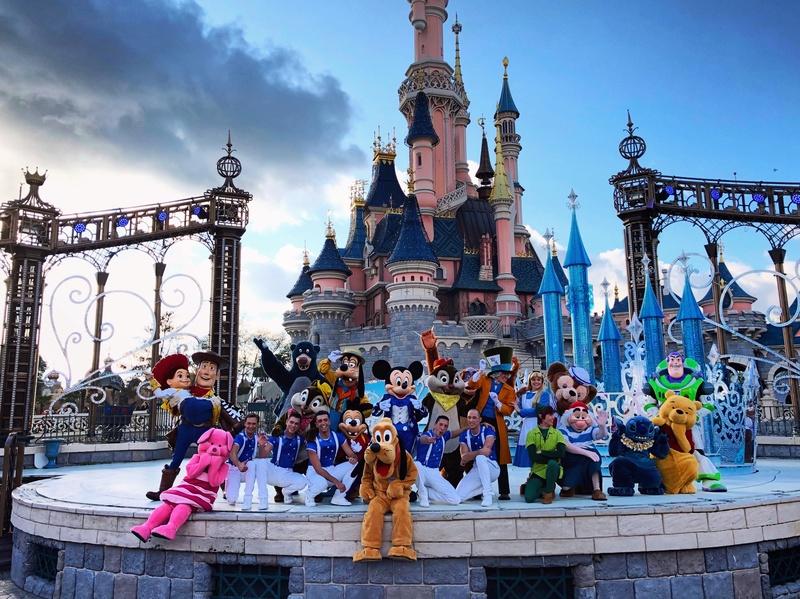 """[Nouveau] Mickey présente : """"Joyeux Anniversaire Disneyland Paris"""" (2017) - Page 3 Bcaffe10"""