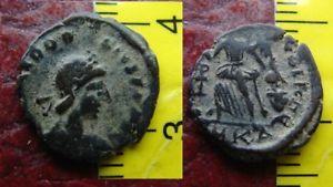 AE4 de Valentiniano II. SALVS REI-PVBLICAE, Victoria avanzando a izq. 41030c10