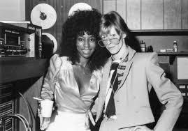 ★ DAVID BOWIE - Discografía confitada  ★  Tonight (1985) y Never let me down (1987). Un mal día lo tiene cualquiera. - Página 7 Ola10