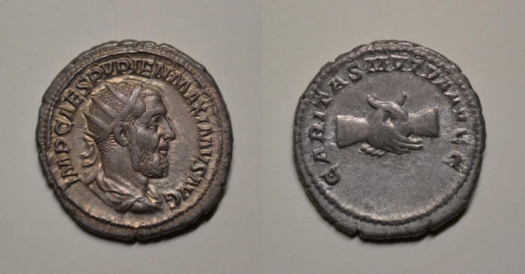 Antoniniano de Pupieno. CARITAS MVTVA AVGG. Dos manos enlazadas. Roma 72_pup10