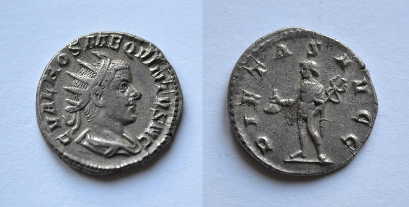 Antoniniano de Hostiliano. PIETAS AVGG. Mercurio estante a izq. Roma 81host10