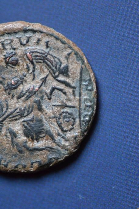 AE2 de Magnencio, cuño no oficial?. GLORIA ROMANORVM. Emperador alanceando a bárbaro arrodillado. Lugdunum. Dsc_0018