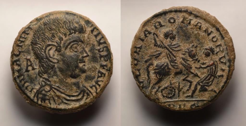 AE2 de Magnencio, cuño no oficial?. GLORIA ROMANORVM. Emperador alanceando a bárbaro arrodillado. Lugdunum. Magnen10