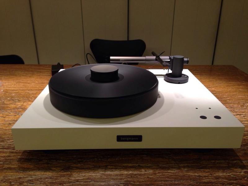 Bergmann Magne Air Bearing Turntable (White Velvet/Anthracite) W/0 Cartridge Whatsa16