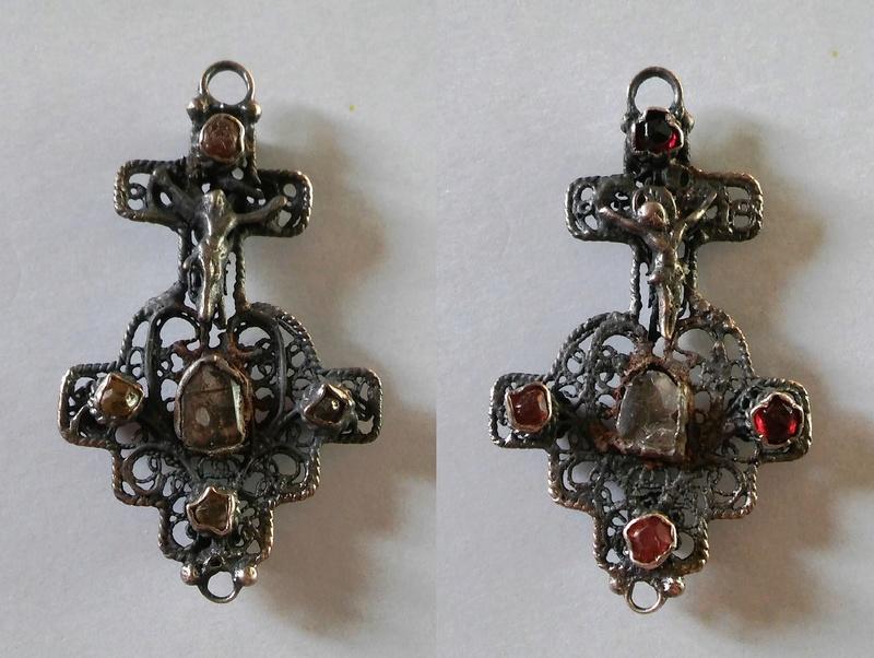 Crucifijo bifaz de filigrana y pedrería (s. XVIII?) Medall12