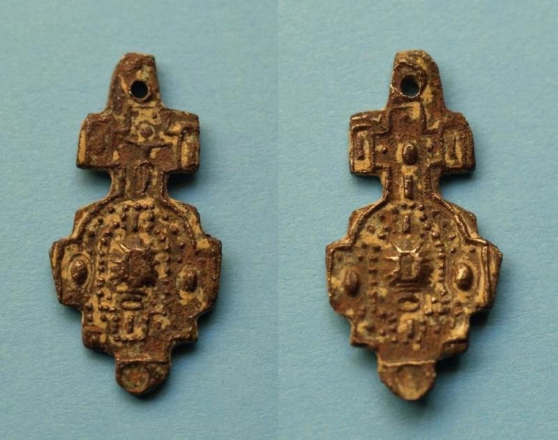 Crucifijo bifaz de filigrana y pedrería (s. XVIII?) Medall15