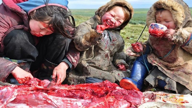 Familia se da banquete de carne cruda en Siberia Banque10