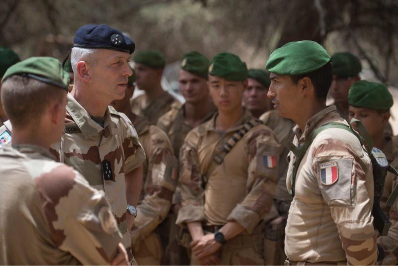 Le CEMA rend visite à Barkhane et aux forces maliennes Dbznpn10