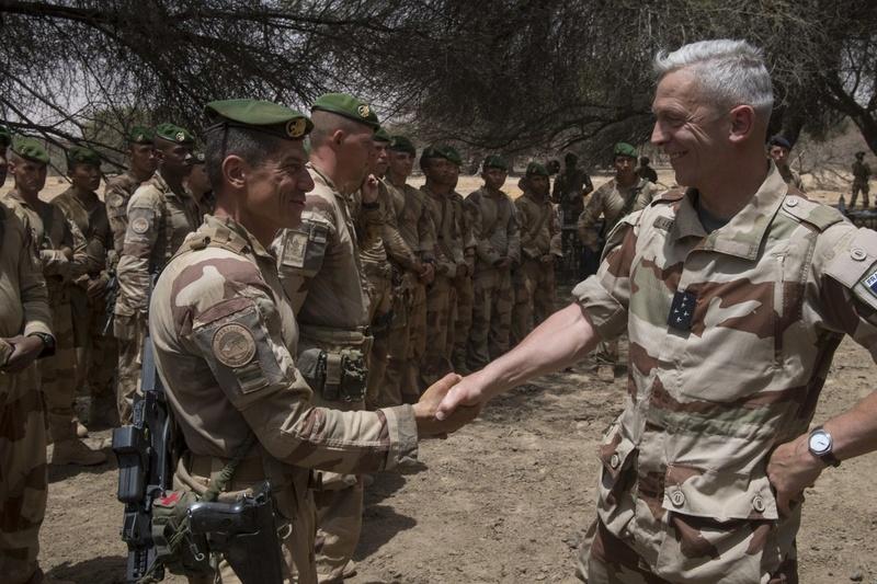Le CEMA rend visite à Barkhane et aux forces maliennes Dbzx2j10