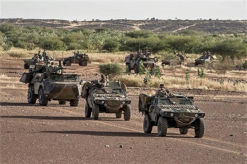 Convoi de ravitaillement au camp de Tombouctou Dd0jvw10