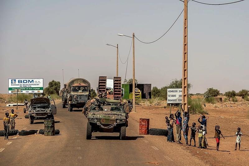 Convoi de ravitaillement au camp de Tombouctou Dd0jzq10