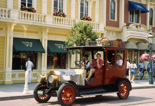 (Histoire) Lilly's Boutique a remplacé une salle du Walt's - An American Restaurant Waar_f11