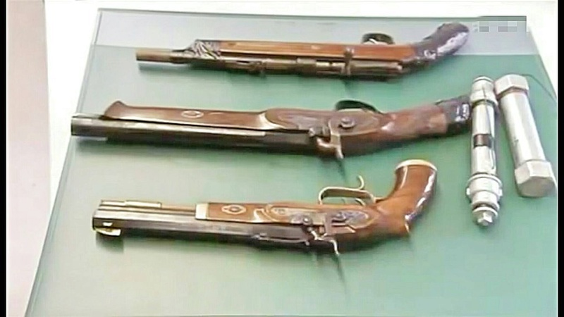 Photo's of mass murderer's weapons Bosseg10