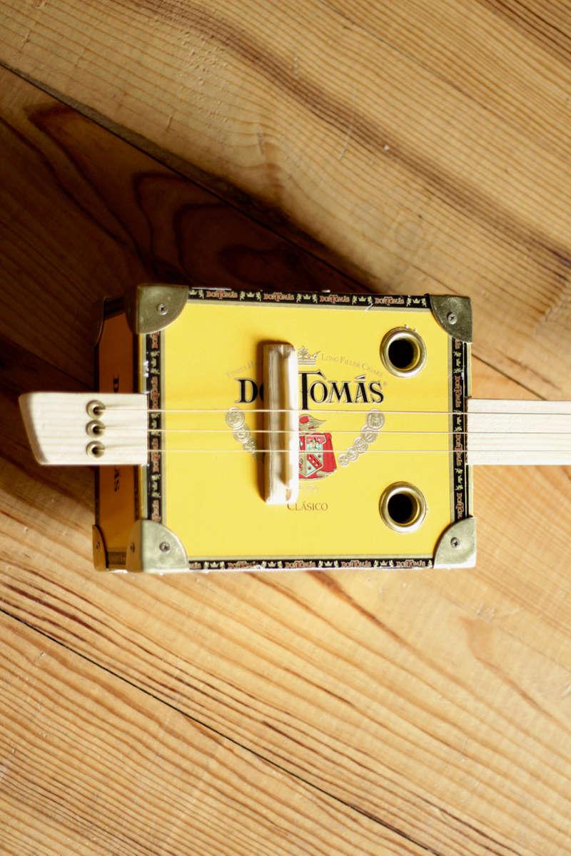 """La dernière """"DonTomas"""" 3 cordes acoustique donc... ^^ Img_0062"""