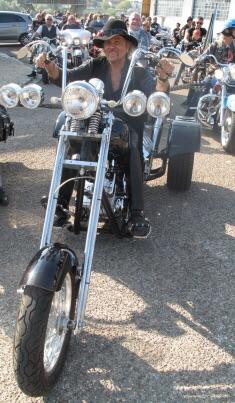Ils ont posé avec une Harley, uniquement les People Imag1492